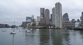Horisont av Boston - sikt från den Boston hamnen - BOSTON, MASSACHUSETTS - APRIL 3, 2017 Arkivfoto