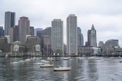Horisont av Boston - sikt från den Boston hamnen - BOSTON, MASSACHUSETTS - APRIL 3, 2017 Arkivbild