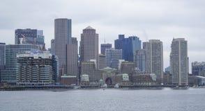 Horisont av Boston - sikt från den Boston hamnen - BOSTON, MASSACHUSETTS - APRIL 3, 2017 Arkivfoton