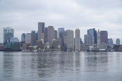 Horisont av Boston - sikt från den Boston hamnen - BOSTON, MASSACHUSETTS - APRIL 3, 2017 Fotografering för Bildbyråer