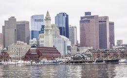 Horisont av Boston - sikt från den Boston hamnen - BOSTON/MASSACHUSETTS - APRIL 3, 2017 Arkivbilder