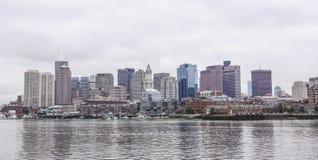 Horisont av Boston - sikt från den Boston hamnen - BOSTON/MASSACHUSETTS - APRIL 3, 2017 Royaltyfri Bild
