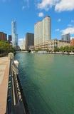 Horisont av Chicago, Illinois längs den Chicago River lodlinjen Arkivfoton