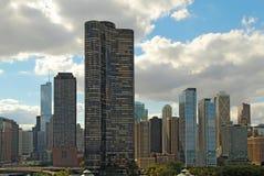 Horisont av Chicago, Illinois nära marinpir Arkivfoto
