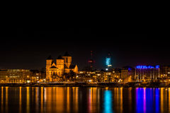 Horisont av Cologne på natten med KölnTurmen, Rhen och basilikan av St Cunibert Royaltyfri Foto