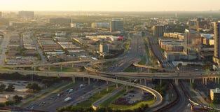 Horisont av Dallas, huvudvägar, Texas, USA Arkivbild