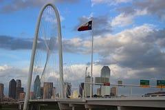 Horisont av Dallas på en molnig dag royaltyfri fotografi