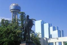Horisont av Dallas, TX med mötetornet, det Hyatt hotellet och statyn av George Dealey Arkivbilder
