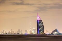 Horisont av den Dubai staden på natten Royaltyfri Foto