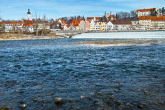 Horisont av den historiska staden Landsberg på den Lech floden Arkivfoton