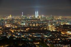 Horisont av den Kuala Lumpur staden på natten, sikt från Jalan Ampang i Kuala Lumpur, Malaysia Royaltyfri Foto