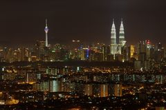 Horisont av den Kuala Lumpur staden på natten, sikt från Jalan Ampang i Kuala Lumpur, Malaysia Arkivbilder