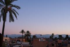 Horisont av den Marrakesh staden, Marocko p? aftonsolnedg?ngtid som besk?das fr?n ovann?mnd stad royaltyfria bilder