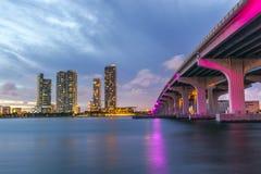 Horisont av den Miami staden på skymning Royaltyfri Foto
