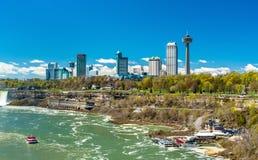 Horisont av den Niagara Falls staden i Kanada Arkivbilder