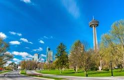 Horisont av den Niagara Falls staden i Kanada Royaltyfria Foton