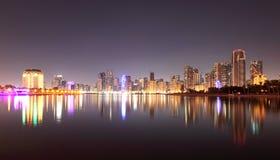 Horisont av den Sharjah staden på natten fotografering för bildbyråer