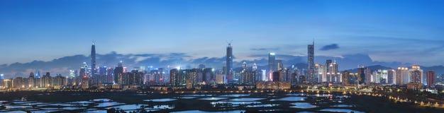 Horisont av den Shenzhen staden, Kina på skymning Beskådat från Hong Ko Fotografering för Bildbyråer