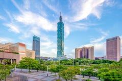 Horisont av den taipei staden med torn 101 Arkivfoto