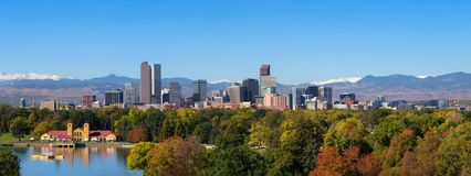 Horisont av det Denver centret med Rocky Mountains arkivfoto