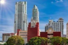 Horisont av det Holiday Inn hotellet i Miami arkivfoto