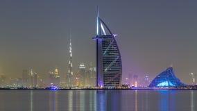 Horisont av Dubai vid natt med Burj Al Arab från hyperlapsen för gömma i handflatanJumeirah timelapse stock video