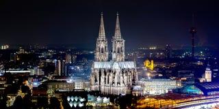 Horisont av eau-de-cologne med den Cologne domkyrkan royaltyfria bilder