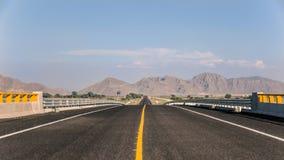 Horisont av en ensam väg i Coahuila Arkivbild