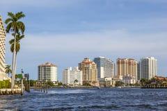 Horisont av Fort Lauderdale från kanalen Royaltyfria Bilder