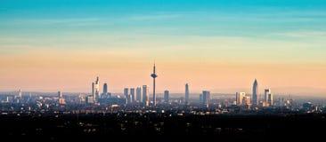 Horisont av Frankfurt - f.m. - strömförsörjning under solnedgång Royaltyfri Fotografi