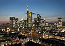 Horisont av Frankfurt på natten Arkivfoto