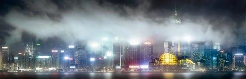 Horisont av Hong Kong i mist från Kowloon, Kina Royaltyfri Foto