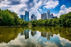 Horisont av i stadens centrum Atlanta från Piedmont parkerar Royaltyfri Foto