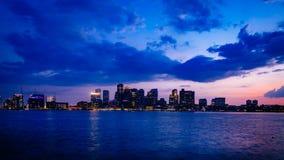 Horisont av i stadens centrum Boston över vatten på solnedgången, i Boston, USA royaltyfri foto