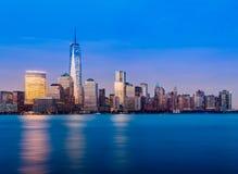 Horisont av Lower Manhattan på natten Fotografering för Bildbyråer