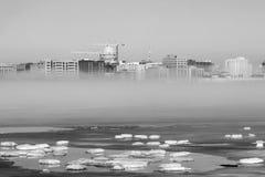 Horisont av Madison Wisconsin och vintermist i svartvitt fotografering för bildbyråer