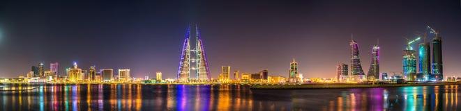 Horisont av Manama dominerade vid World Trade Centerbyggandet baikal Arkivbild