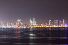 Horisont av Manama på natten, Bahrain Arkivfoto