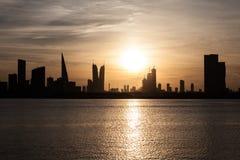 Horisont av Manama på solnedgången, Bahrain Arkivfoto