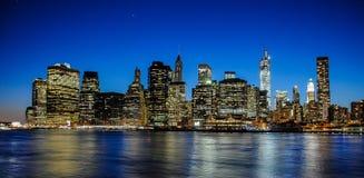 Horisont av Manhattan på solnedgången som stängs till natten Trevlig sikt efter Brooklyn arkivfoton
