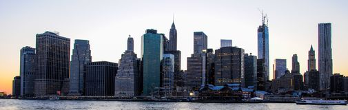 Horisont av Manhattan på solnedgången som stängs till natten Trevlig sikt efter Brooklyn fotografering för bildbyråer