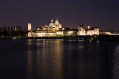 Horisont av Mantova vid natt arkivfoto