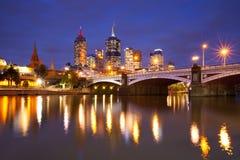 Horisont av Melbourne, Australien på natten Arkivbild