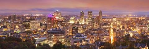 Horisont av Montréal, Kanada från monteringskunglig person på natten arkivbilder
