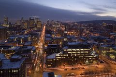 Horisont av Montreal som är i stadens centrum på natten Arkivbild