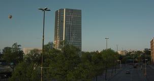 Horisont in av norr Stockholm, bilkörning och en baloon för varm luft som svävar i himmel arkivfilmer
