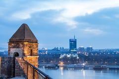 Horisont av nya Belgrade Novi Beograd som ses i den tidiga aftonen från den Kalemegdan fästningen royaltyfria bilder