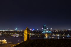 Horisont av nya Belgrade Novi Beograd som ses vid natt från den Kalemegdan fästningen Fotografering för Bildbyråer
