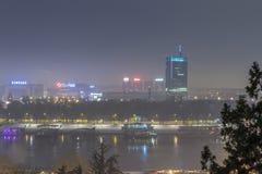 Horisont av nya Belgrade Novi Beograd som ses vid natt från den Kalemegdan fästningen Royaltyfri Fotografi