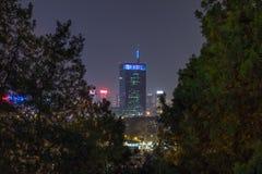 Horisont av nya Belgrade Novi Beograd som ses vid natt från den Kalemegdan fästningen Arkivbild